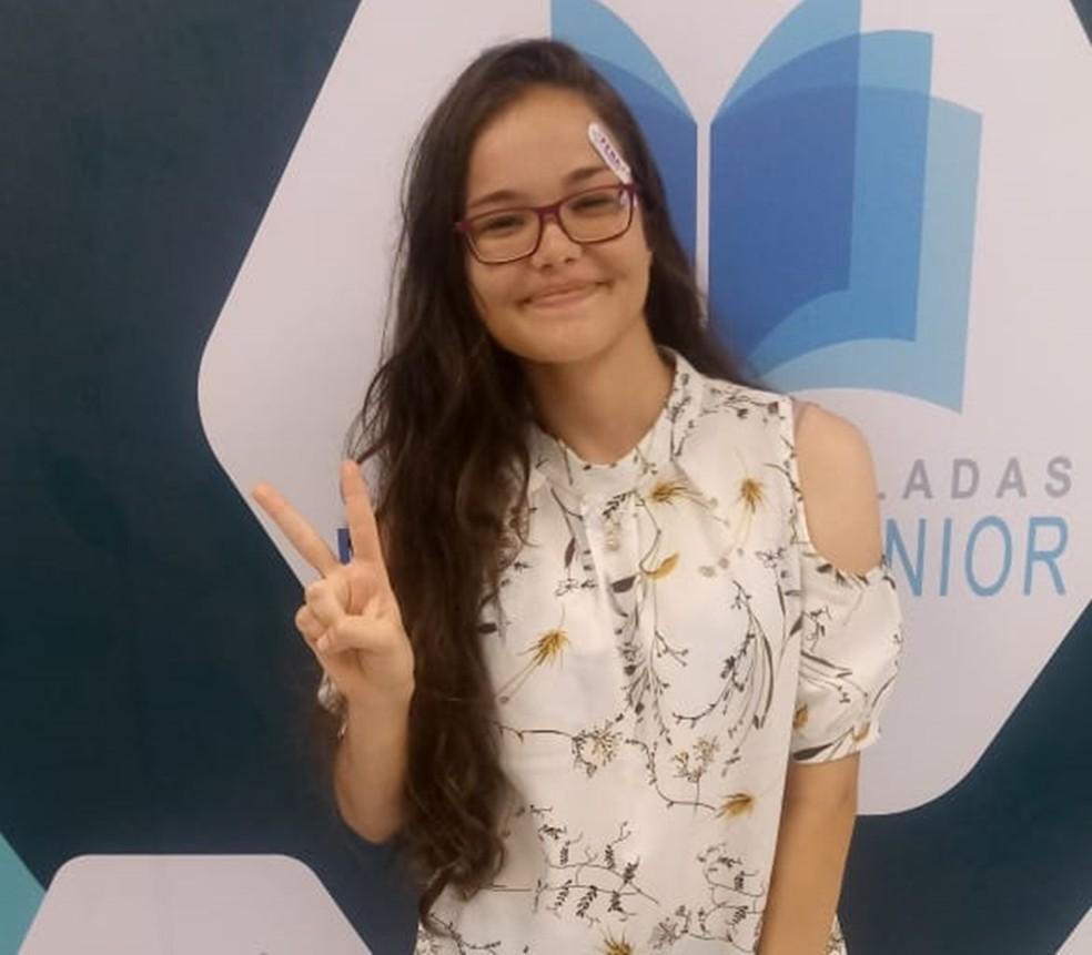Alice Pereira tem 17 anos e foi aprovada em três vestibulares de medicina, incluindo UPE e UFPE — Foto: Marcelo Bezerra/Divulgação