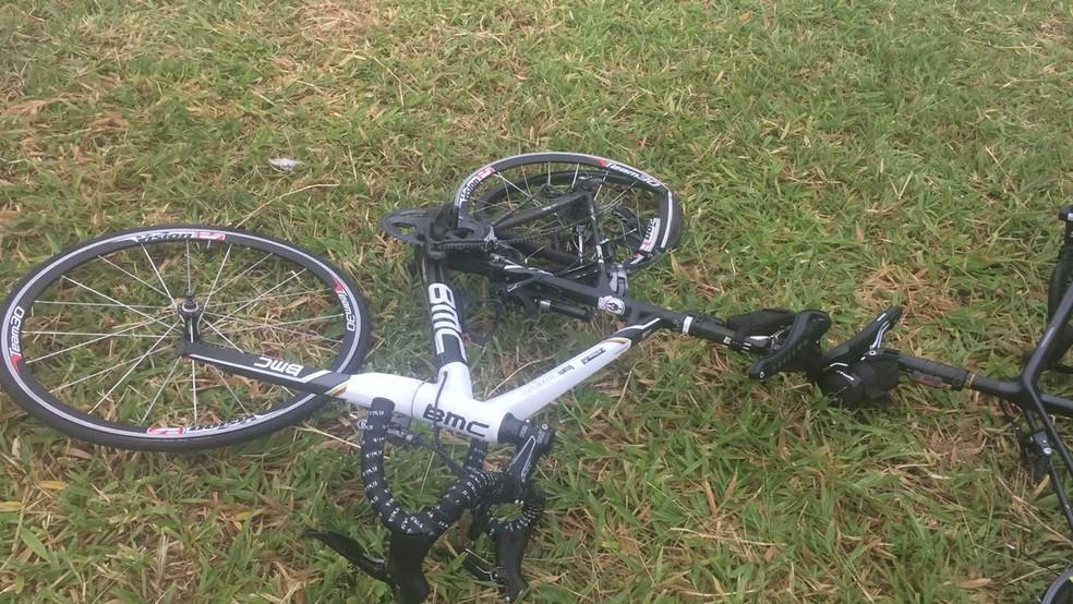Com o impacto da batida, bicicletas ficaram destruídas  — Foto: Arquivo Pessoal