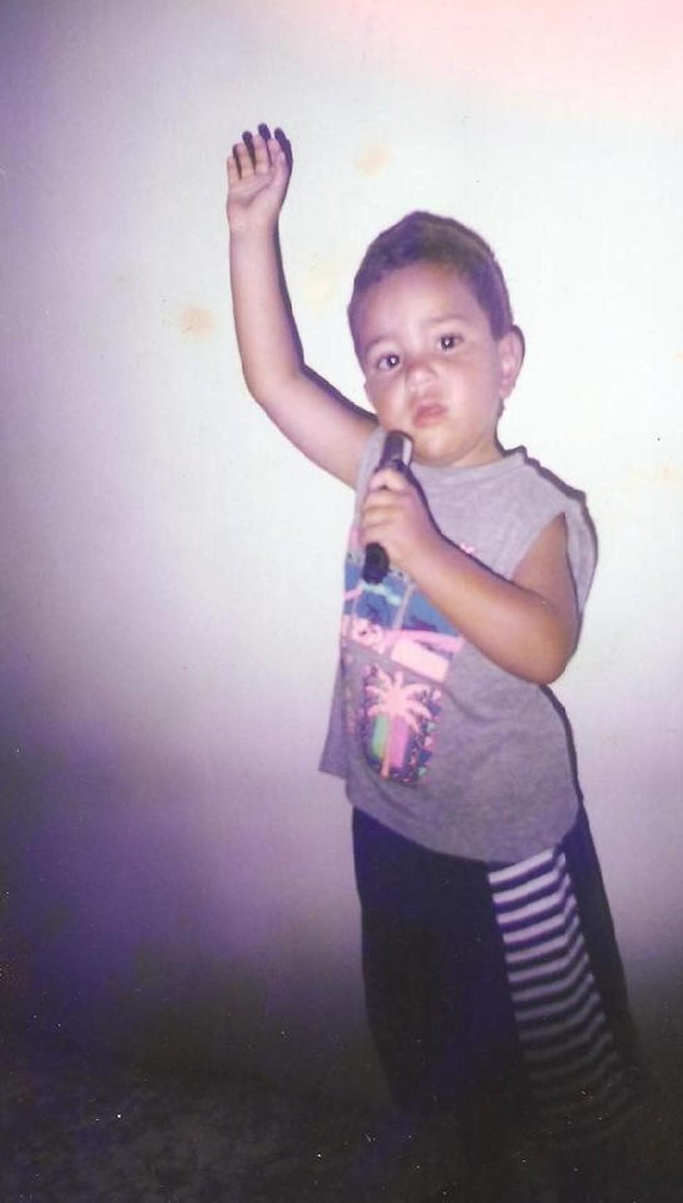Desde pequeno, Renan já mostrava seu amor pela música e pela arte — Foto: Arquivo Pessoal