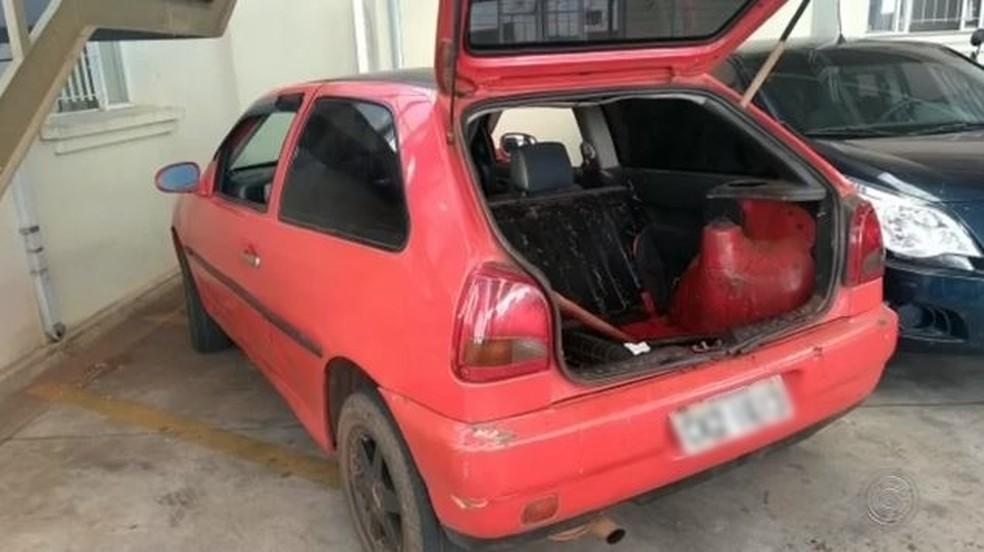 Suspeitos abandonaram carro e fugiram em matagal em Avaré (SP) — Foto: Reprodução/TV TEM