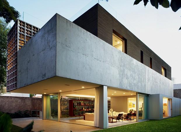 """Chapas de alumínio, painéis de vidro e elementos vazados definem volumes nesta casa projetada pelo arquiteto Isay Weinfeld, em São Paulo. Com usos distintos, essas """"caixas"""" formam uma residência com coerência de materiais e total vista para fora (Foto: Nelson Kon / Casa e Jardim)"""