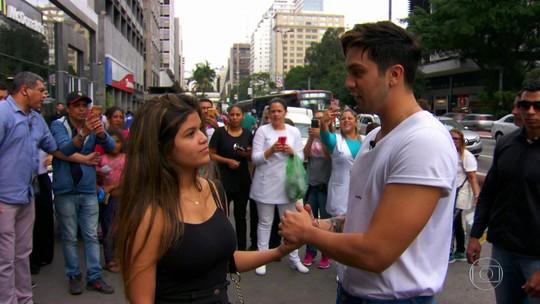 Luan Santana saiu às ruas com proposta: quem topa trocar uma selfie por um abraço