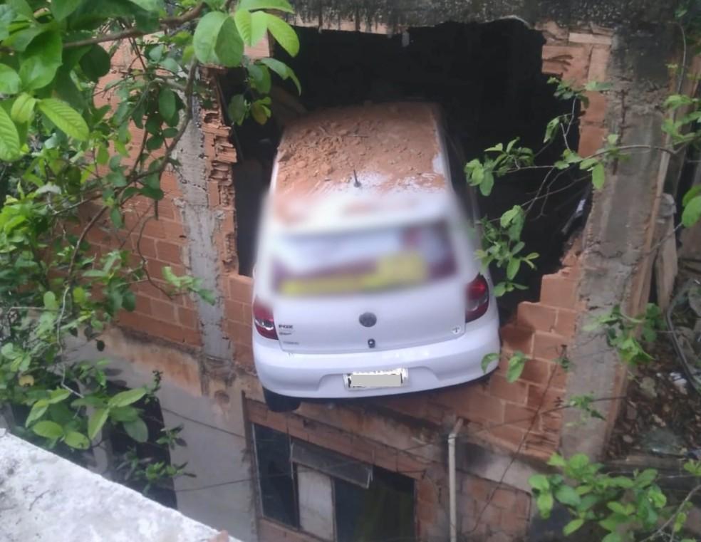 Carro sem freio 'voou' e invadiu oficina no ES — Foto: Reprodução/TV Gazeta