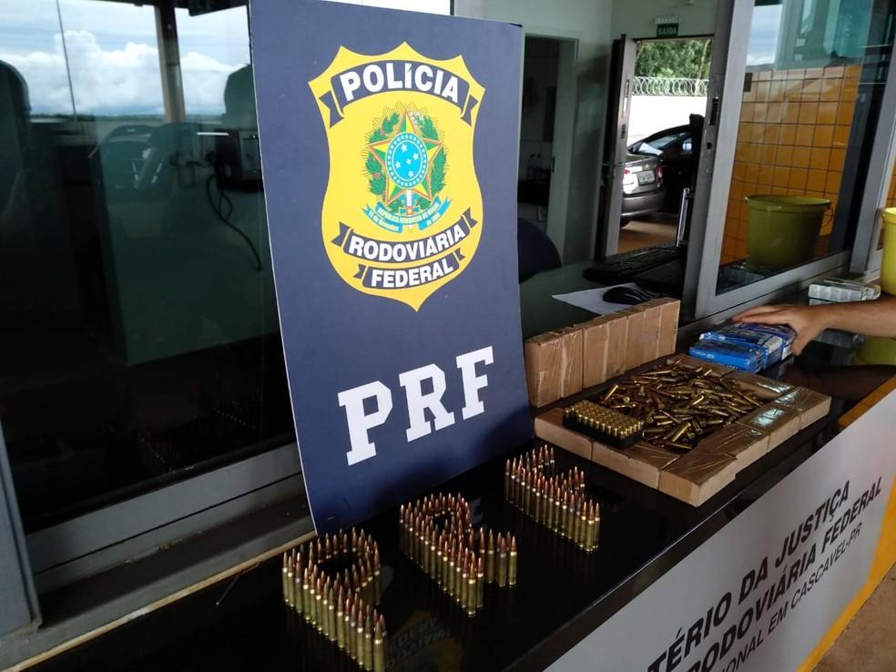 PRF apreende 1,6 mil cápsulas de munição em pneu reserva de veículo abandonado — Foto: Divulgação/PRF