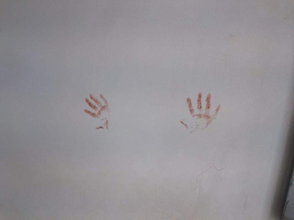Marcas de sangue foram encontradas na parede da agência — Foto: Divulgação/PM