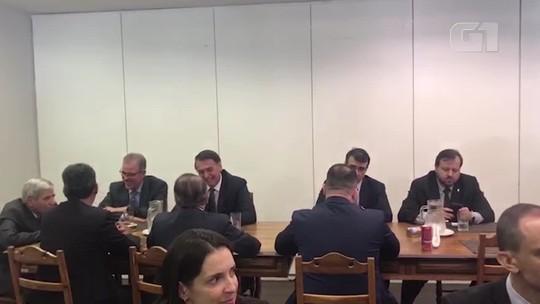 Bolsonaro almoça em 'bandejão' com ministros e assessores