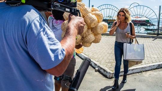 Emilio Dantas e Giovanna Antonelli gravam reencontro de seus personagens em feira de Salvador; veja os bastidores!