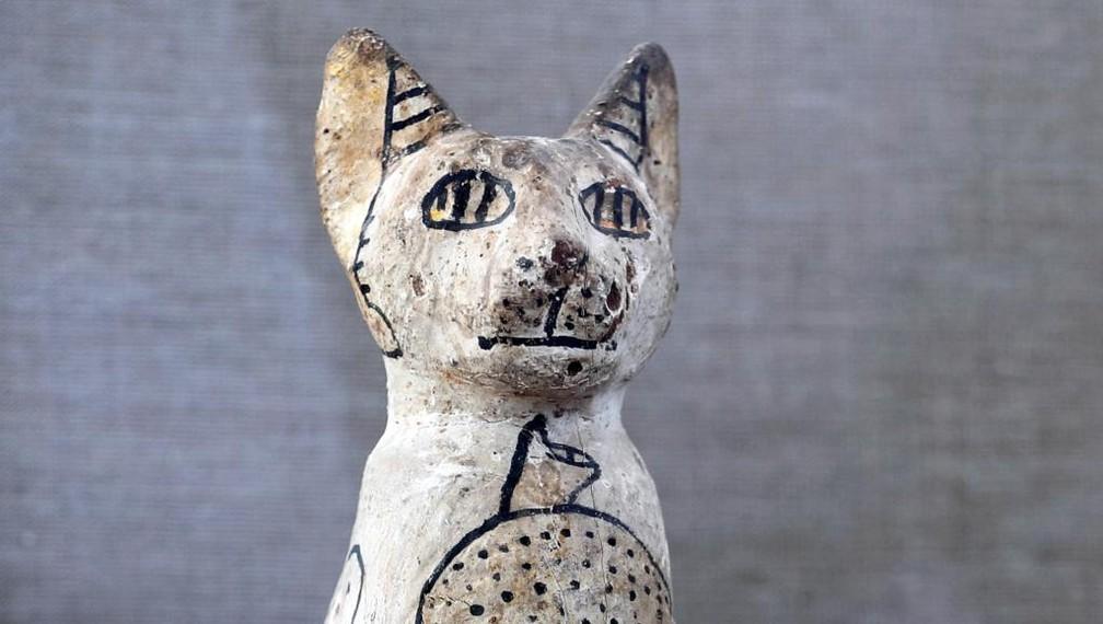 Estátuas de gatos também foram encontradas na tumba — Foto: REUTERS/Mohamed Abd El Ghany