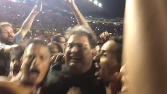 """Guto Ferreira é assediado por torcedores do Sport em invasão após acesso: """"Sufoca"""""""