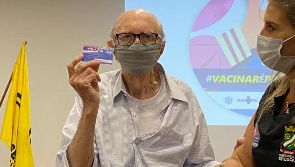 Aos 98 anos, idoso que trabalha há mais tempo em uma mesma empresa no mundo recebeu vacina contra Covid-19 em Brusque — Foto: Prefeitura de Brusque/Divulgação