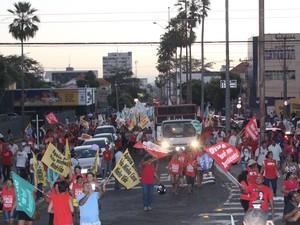 Manifestantes se reúnem em Teresina para protesto a favor do Governo Dilma  (Foto: Catarina Costa/G1 PI)