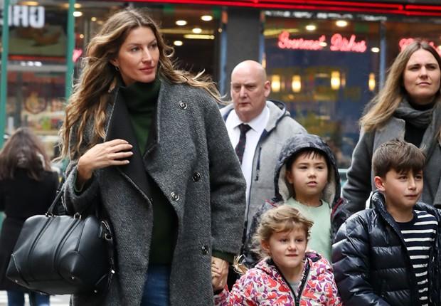 Gisele Bündchen com os filhos, Vivian e Benjamin (Foto: Grosby Group)