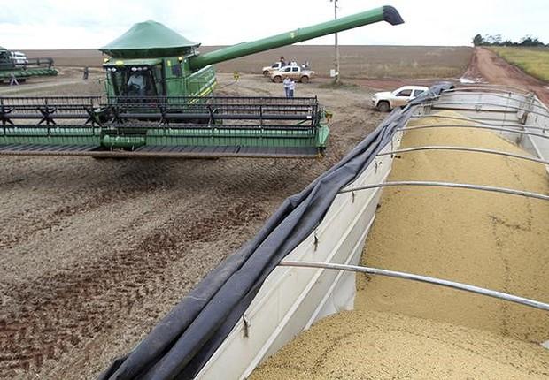 Caminhão aguarda para ser carregado com grãos de soja em Primavera do Leste, no Mato Grosso ; safra ; agricultura ; agronegócio ;  (Foto: Paulo Whitaker/Reuters)