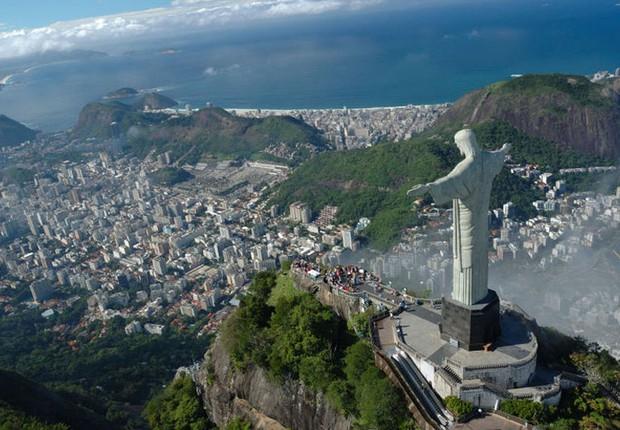 Cidade do Rio de Janeiro vista do alto, com destaque para estátua do Cristo Redentor (Foto: Reprodução/Facebook)