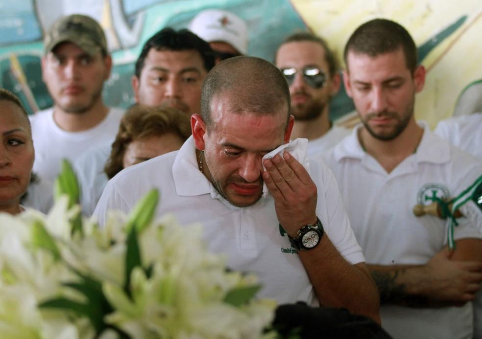Luis Fernando Camacho chora no velório de Marcelo Terrazas, que morreu durante confrontos entre apoiadores do candidato Carlos Mesa e apoiadores do partido Movimento para o Socialismo, em Santa Cruz, na Bolívia,  na quinta-feira (31) — Foto: Daniel Walker/AFP