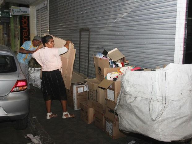 Evanildes Silveira e o irmão fazendo coleta de papelão em Coité (Foto: Raimundo Mascarenhas / Calila Notícias)