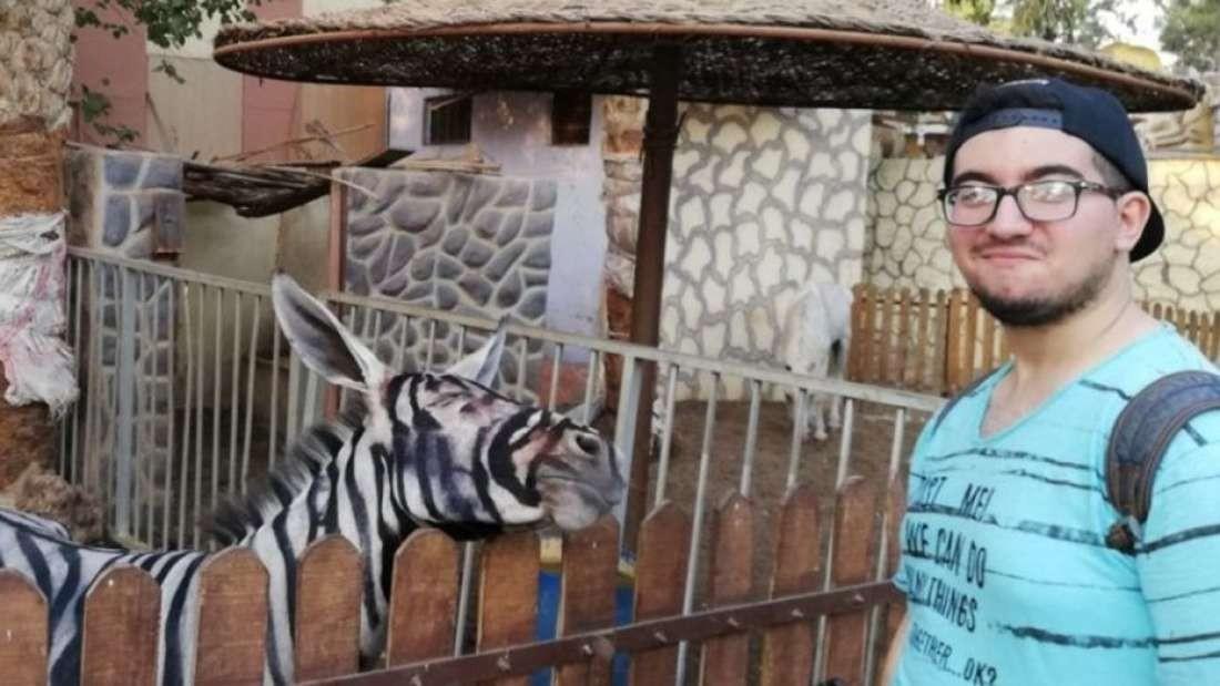 Zarhan com o burro pintado como zebra (Foto: Reprodução/Facebook)