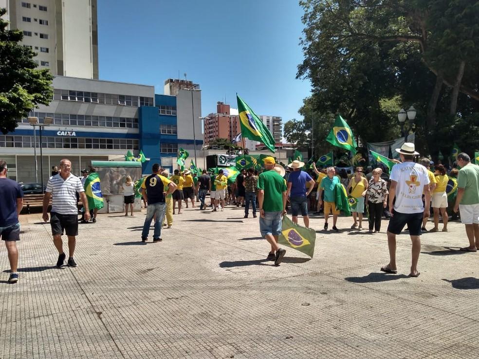 Manifestação pró-governo em Piracicaba — Foto: Samantha Silva/G1