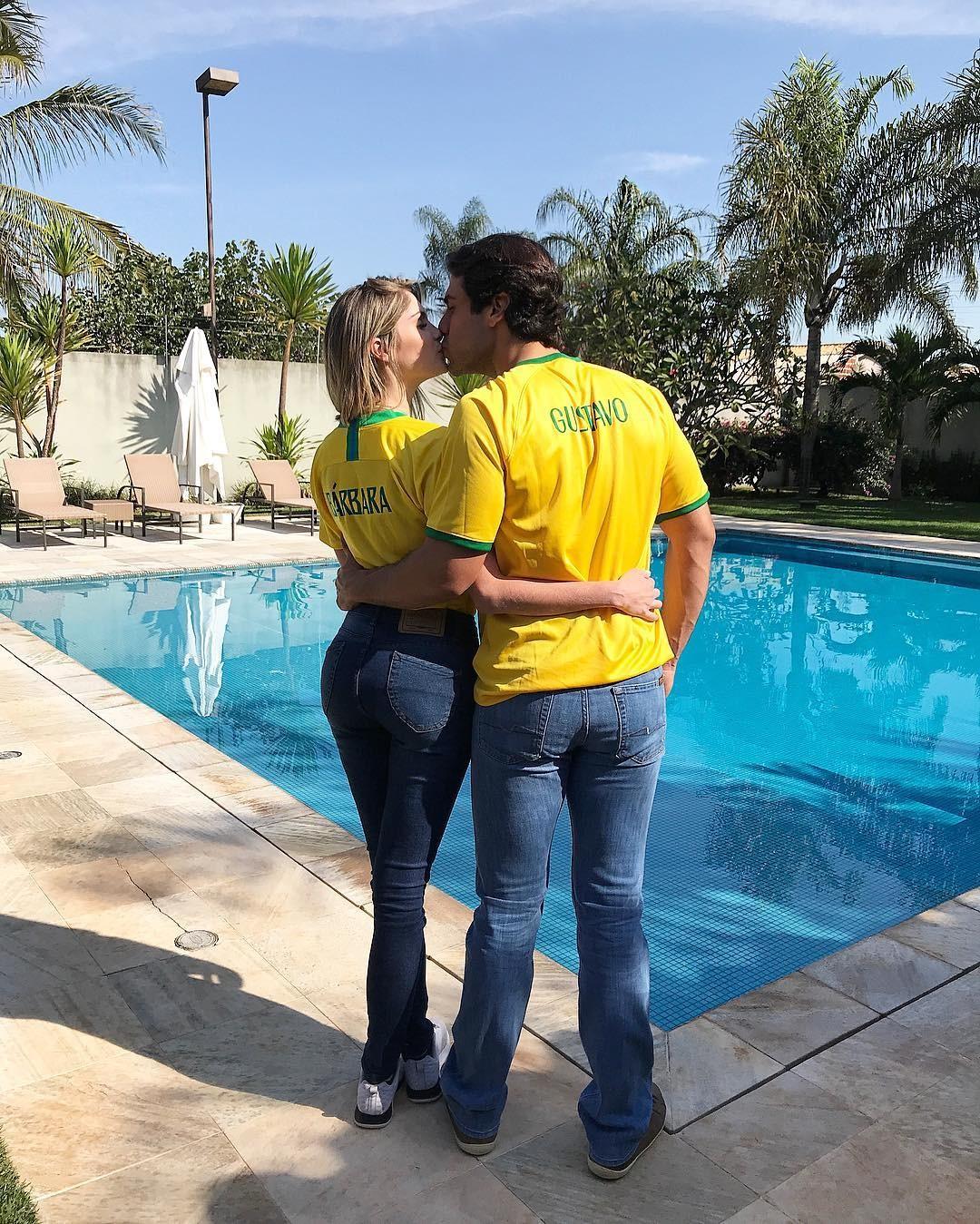 Barbara Evans e Gustavo Theodoro com camisas personalizadas para a Copa (Foto: Reprodução/Instagram)
