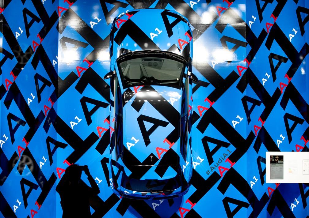 Audi A1 é exibido em telão — Foto: Michael Probst/AP