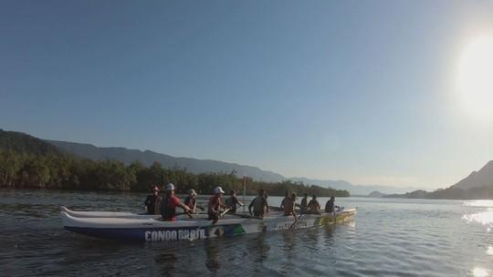 Desafio faz pessoas de várias gerações remarem 90 km na canoa havaiana até Barra do Sahy