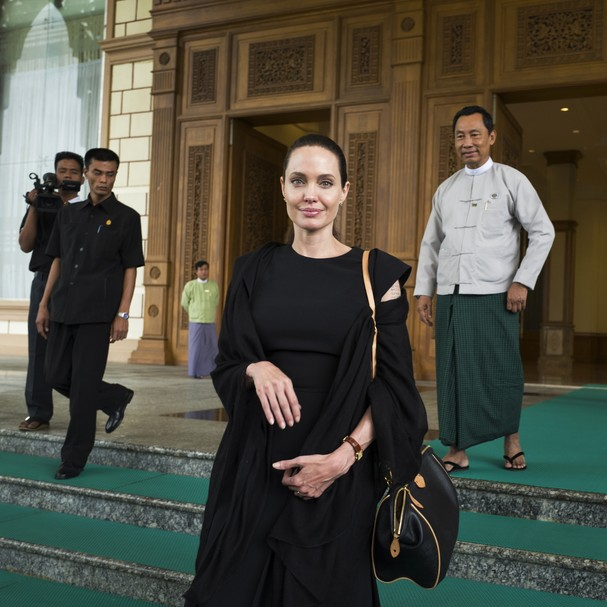 Angelina Jolie em visita ao Camboja (Foto: Getty Images)