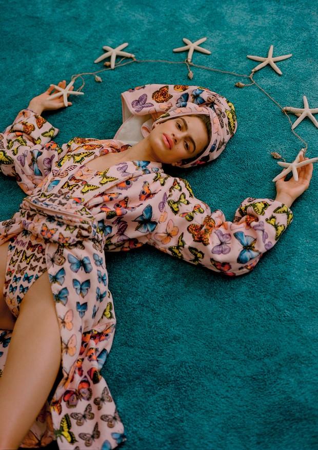 Linda Helena usa roupão, maiô, pochete e toalha, tudo Versace (Foto: Zee Nunes)