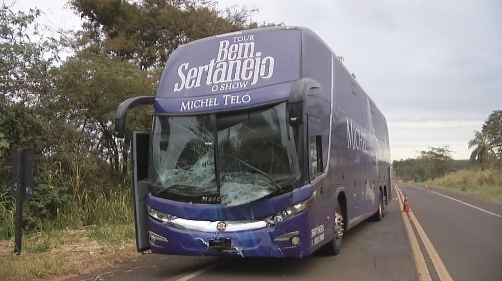 -  Frente do ônibus com equipe do cantor ficou danificada  Foto: Eduardo Martins/TV TEM