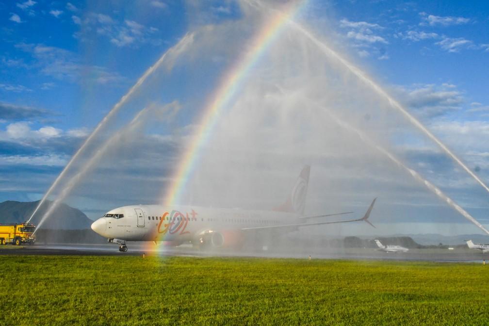 3 de janeiro - Avião da Gol recebe um banho de boas vindas após pousar no aeroporto de Florianópolis, que passou a ser administrado oficialmente pela empresa suíca Zurich Airport (Foto: Antônio Carlos Mafalda/Mafalda Press/Estadão Contéudo)