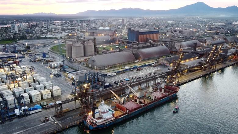 Visão aérea do porto de Paranaguá (Foto: Rodolfo Buhrer/Reuters)