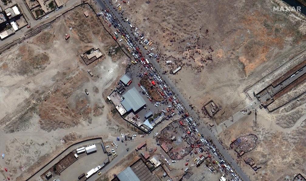Imagem de satélite mostra uma multidão de pessoas e tráfego intenso de automóveis na entrada norte do aeroporto internacional de Cabul na segunda-feira, agosto 23 de 2021 — Foto: Maxar Technologies/AP