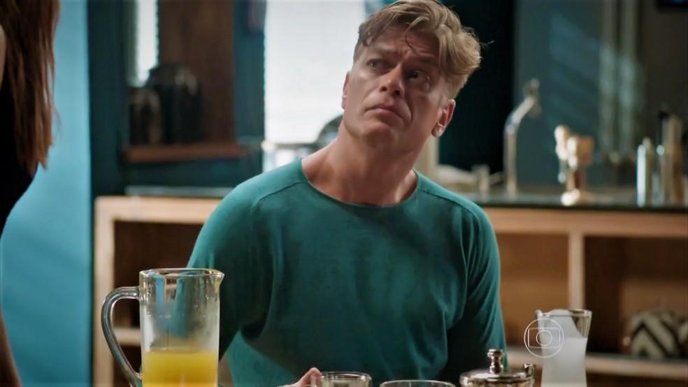 Arthur (Fábio Assunção) se assusta com reação de Eliza (Marina Ruy Barbosa) — Foto: TV Globo