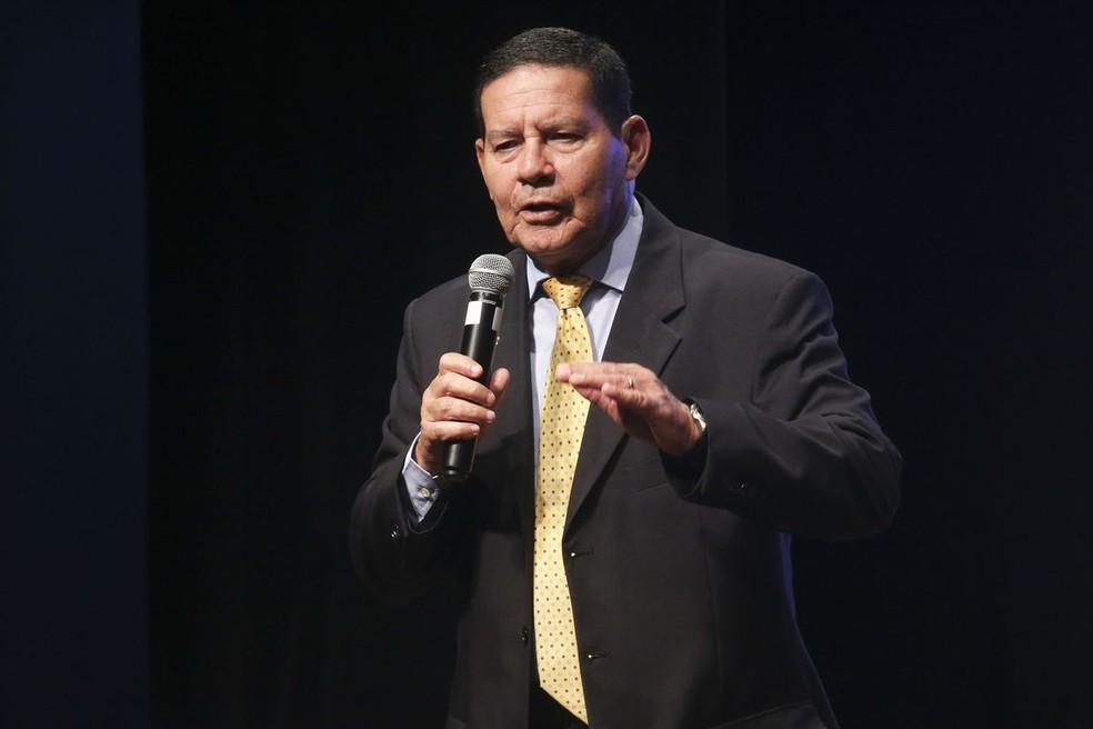 Mourão concedeu entrevista à BBC News Brasil pouco depois de a Venezuela ter anunciado o fechamento da fronteira com o Brasil. Na imagem, o vice-presidente faloa sobre a reforma da Previdência durante palestra em Brasília — Foto: Antônio Cruz/Agência Brasil