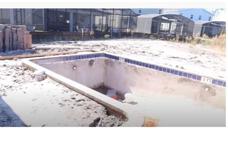 A piscina irreconhecível antes da refórma Reprodução/Youtube