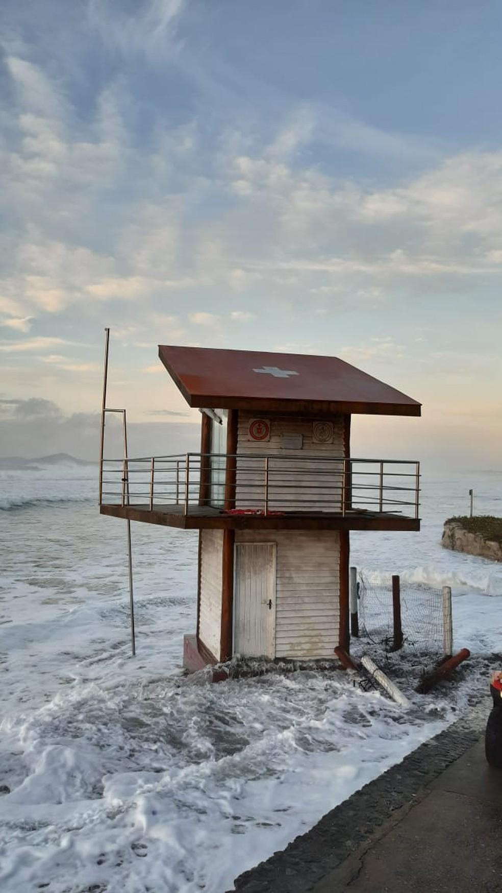 Faixa de areia da Praia do Forte, em Cabo Frio, RJ, foi atinfida pelas fortes ondas da ressaca — Foto: André Dias/Inter TV