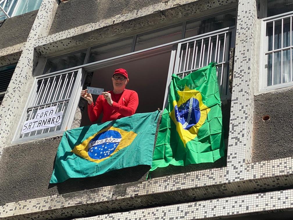 Da janela, morador mostra apoio à manifestação contra Bolsonaro, no Recife, neste sábado (24) — Foto: Priscilla Aguiar/G1