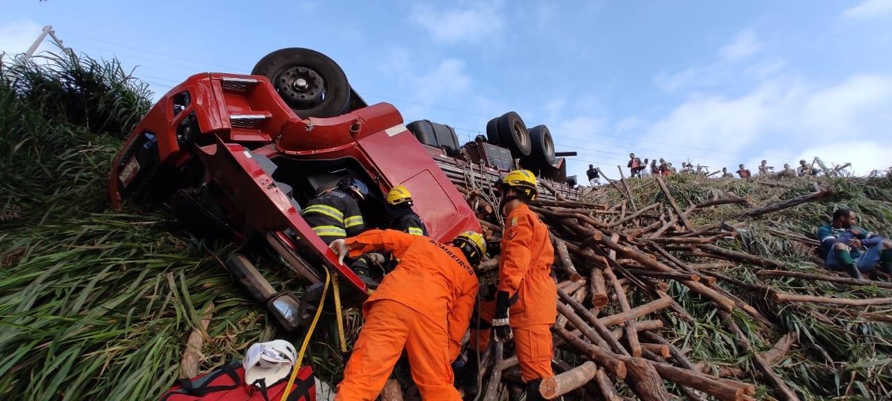 Capotamento de caminhão deixa motorista preso às ferragens em São José da Laje, AL