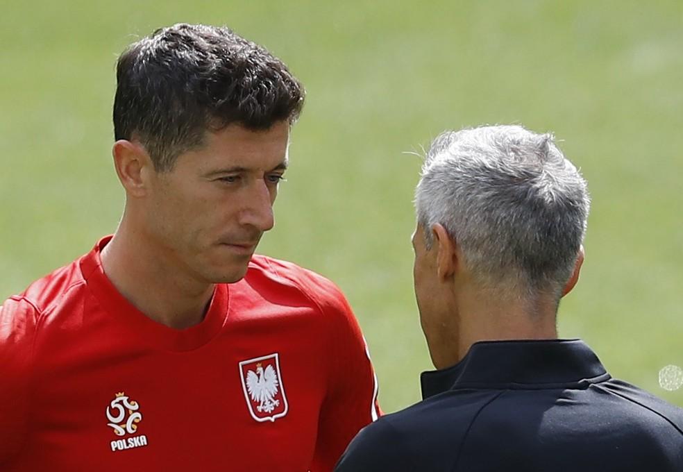 O artilheiro Lewandowski conversa com o técnico Paulo Sousa na véspera da estreia da Polônia na Euro — Foto: Kacper Pempel/Reuters