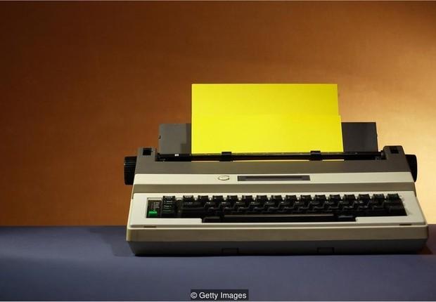 Funcionários de escritório recuperaram máquinas de escrever (Foto: Getty Images via BBC)