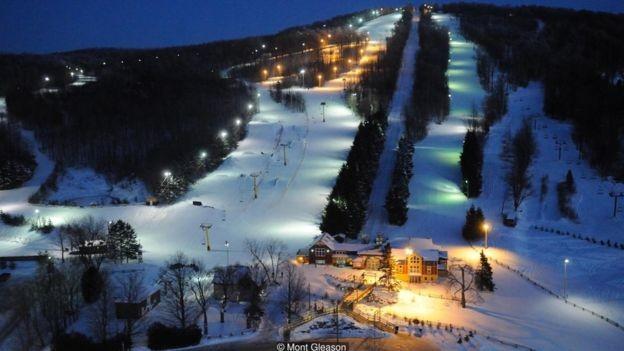 A estação de esqui Mont Gleason faz uso de outro recurso valioso no inverno: a neve (Foto: Mont Gleason via BBC News Brasil)