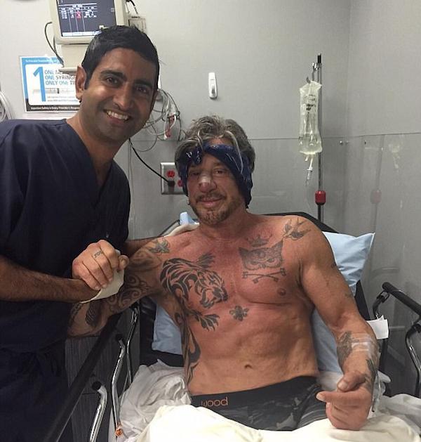 O ator Mickey Rourke com seu médico após fazer mais uma plástica (Foto: Instagram)