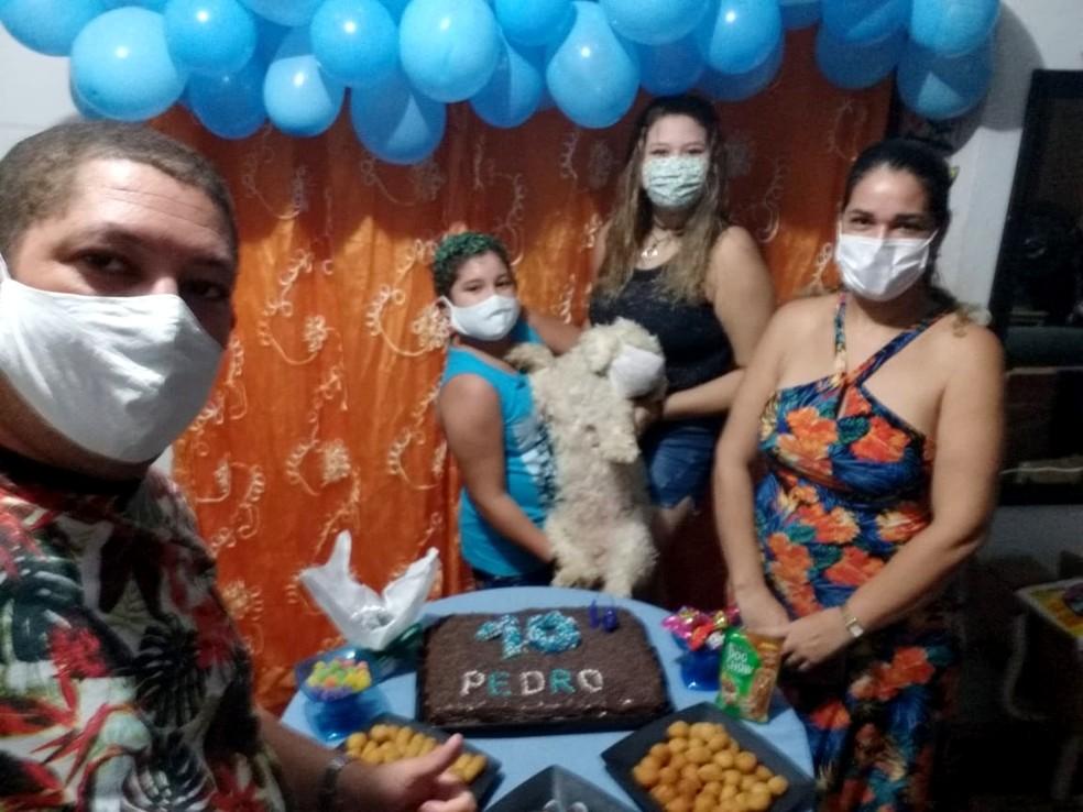 Cláudia comemorou o aniversário do filho de máscara — Foto: Cláudia Cavalcanti/Acervo pessoal