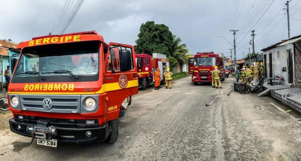 Três viaturas dos bombeiros atenderam a ocorrência  — Foto: Sargento Lorenz/CBMSE