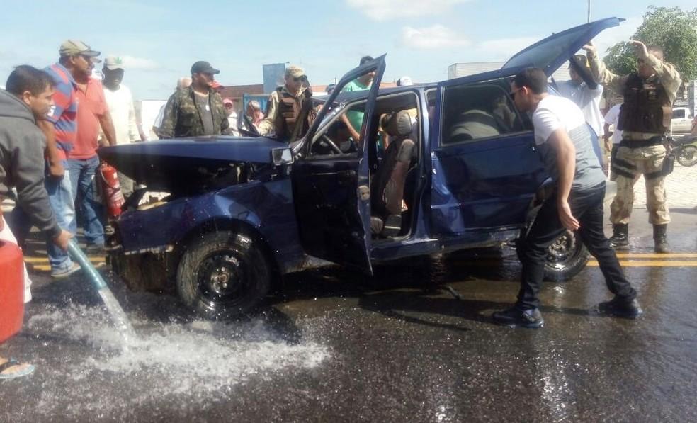 Em um dos acidentes, na BR-405, Fiat Uno e Parati colidiram de frente (Foto: João Pereira da Silva Filho)