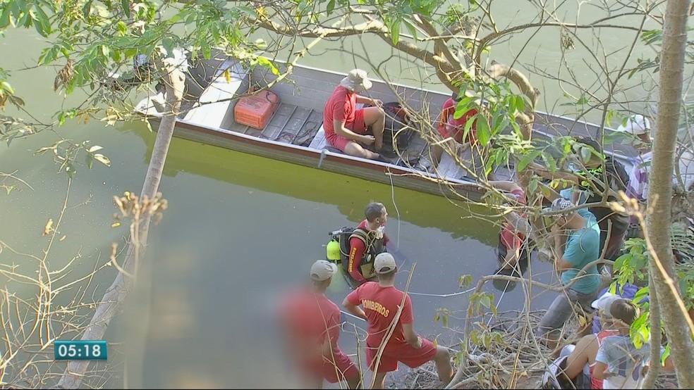 Um dos corpos foi encontrado próximo às margens do Rio Cuiabá (Foto: TV Centro América)