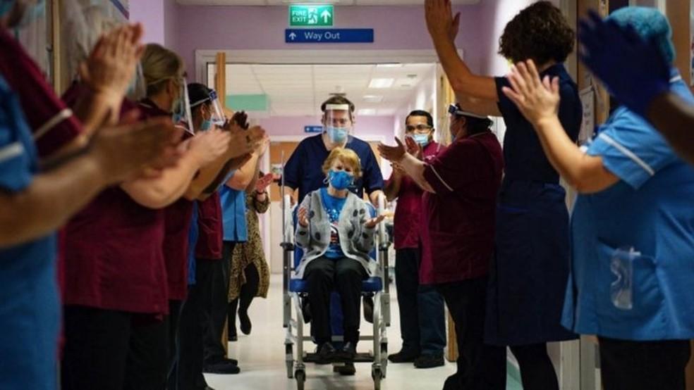 Em 8 de dezembro de 2020, a idosa Margaret Keenan se tornou a primeira vacinada no Reino Unido — Foto: PA Media/BBC