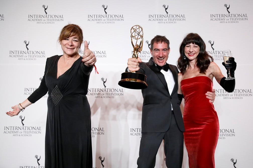 Sonia Martinez, Alex Pina e Esther Martinez Lobato recebem o Emmy Internacional por 'La casa de papel' — Foto: Andrew Kelly/Reuters