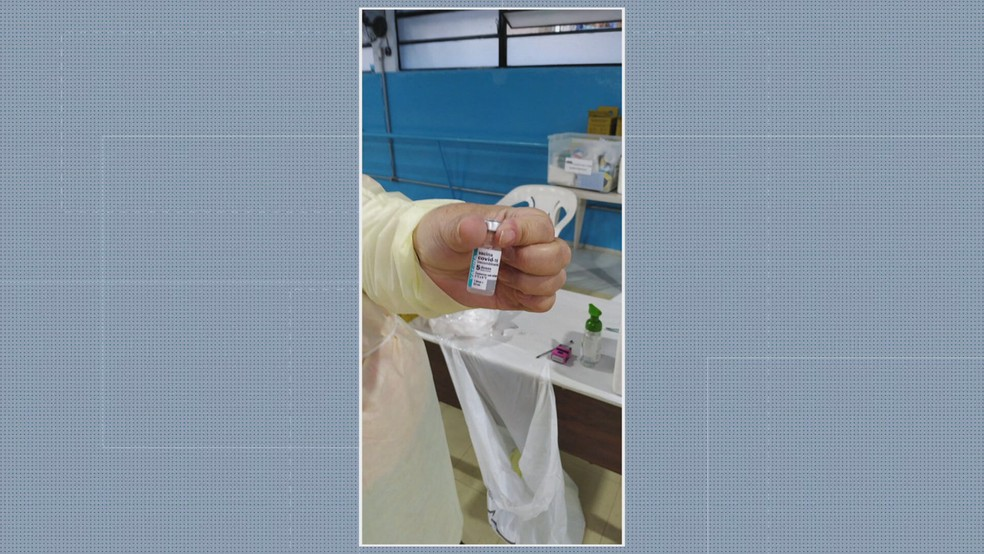 Frascos da dose de vacina contra a Covid mostram que agentes de trânsito conseguiram ser vacinados nesta terça em SP — Foto: Reprodução/TV Globo
