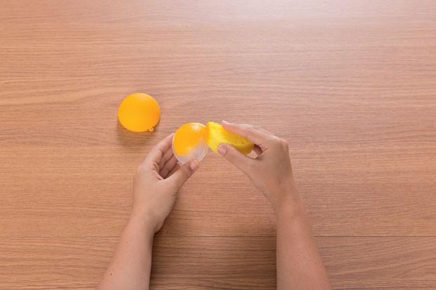 3. Com a esponja, pinte de amarelo a parte externa dando leves batidinhas – elas servem para dar textura à pintura. (Foto: Bruno Marçal / Editora Globo)