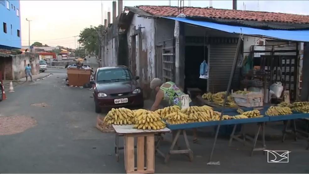Feira do Anjo da Guarda com lixo perto de alimentos (Foto: Reprodução / TV Mirante)